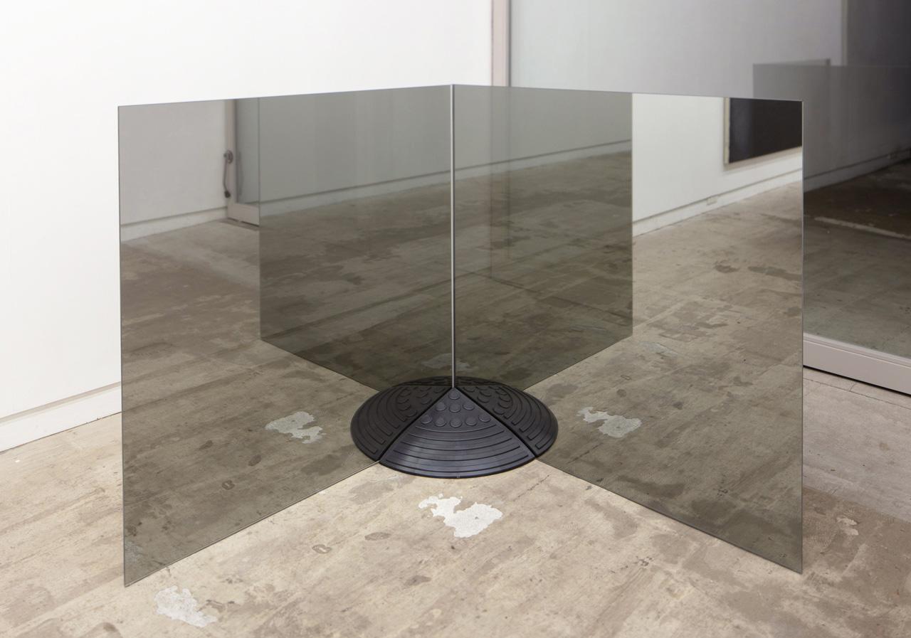 'Mound' 窓ガラス、段差プレート 916×916×910 mm 2020